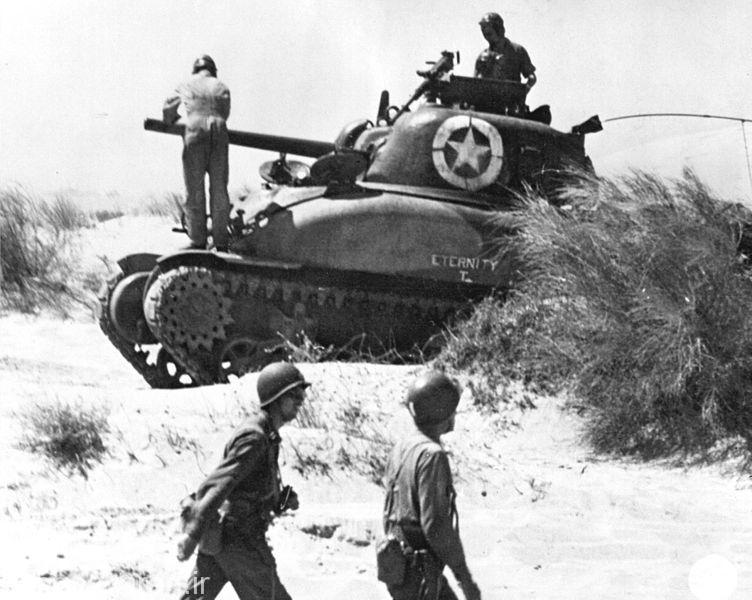 1-یک عراده شرمن ام4 ای1 در ساحل سرخ درسال 1943 در هنگام حمله متفقین به سیسیل.این نمونه دارای توپ 75 م م بود و حداقل تا اواسط سال 1943 از تمامی تانکهای شناخته شده المانی برتری نسبی داشت