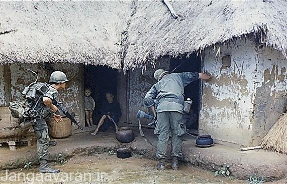 سربازان امریکایی در حال بازرسی یک کلبه روستایی در یک روستا.سربازان امریکایی همواره به روستایان ویتنام مظنون به کمک به ویتکنگها بودند.
