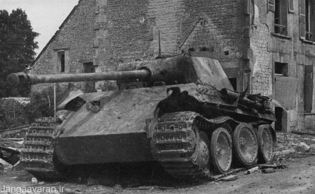 یک پانتر در یکی از روستا های فرانسه در حالی که خدمه ان را رها کردند.این تانک چنیدن بار مورد حمله قرار گرفته زره کمی اسیب داده ولی پایان سوخت باعث شده تا خدمه ان را رها کنند .