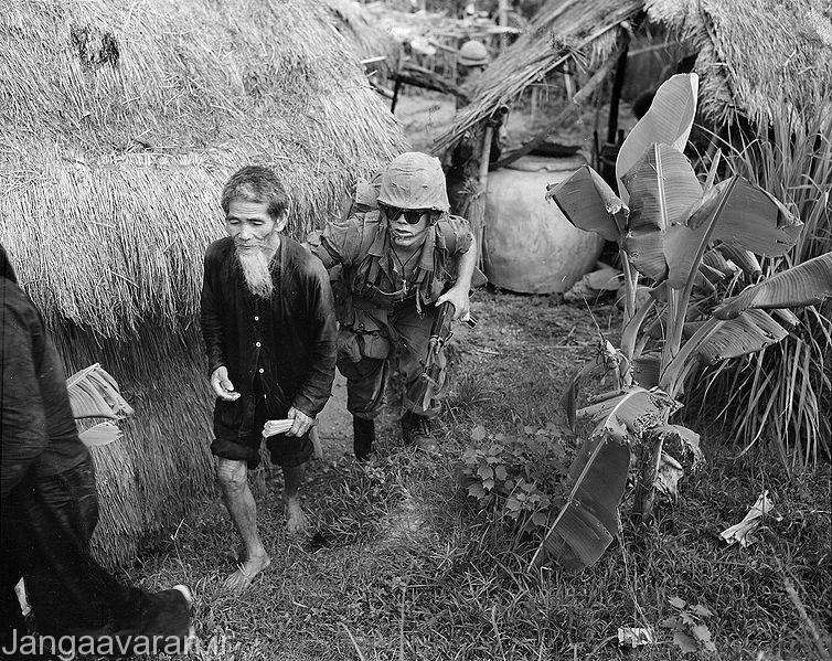 یک سرباز ویتنام جنوبی در یکی از روستا های مرزی ویتنام شمالی .مردم ویتنام شمالی از سربازان ویتنام جنوبی حتی از سربازان امریکای نیز بیشتر نفرت داشتند.