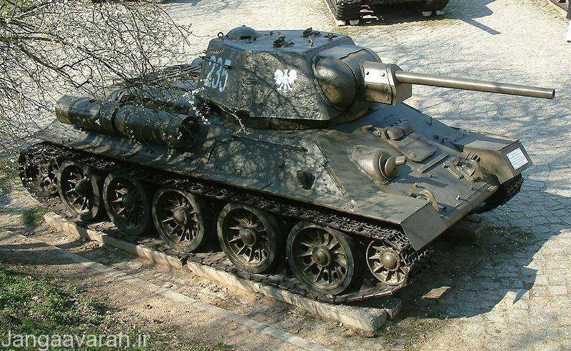 تی34-76 مدل 1943 مجهز به مخازن سوخت کمی در کنار در قسمت عقب تانک.این نمونه کاملترین نسخه تی34-76 بود که دارای بیسیم بهسازی شده، زره بیشتر و همچنین سوخت بیشتری بود.