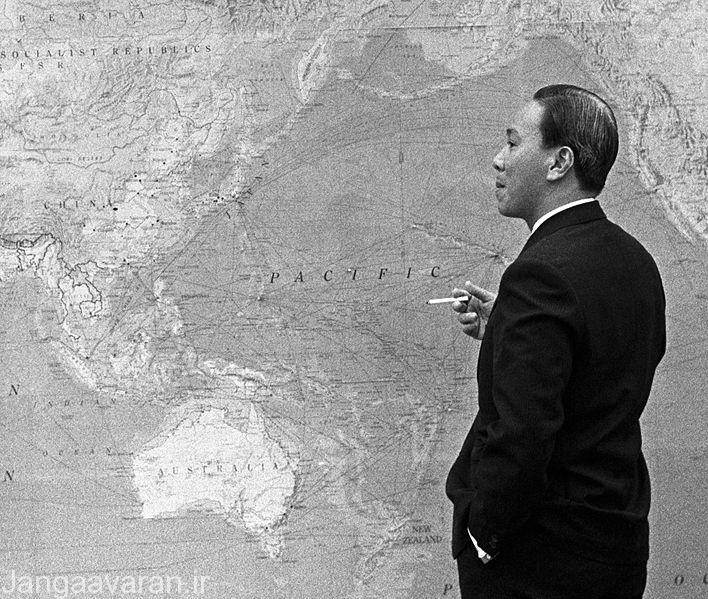 رئیس جمهور ویتنام جنوبی نا امیدانه به نقشه کشورش نگاه میکند.وی هیچ نقشه ای برای دفاع از کشور نداشت و تنها بی دلیل نیروها را به طرف سایگون عقب کشید تا در نهایت به راحتی به کمونیستها اجازه پیشروی بدهد.