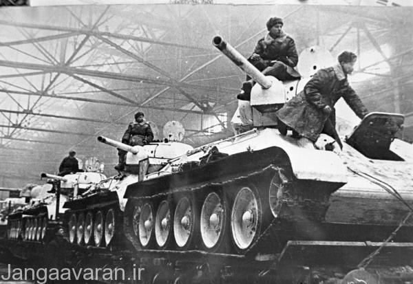 خط تولید تی34-76 در گورکی.هر خط تولید تی34 در حداقل نیم ساعتی یک تانک تولید میکرد .تی34 پیروز واقعی جنگ به دلیل تولید در مقیاس بسیار وسیع بود.