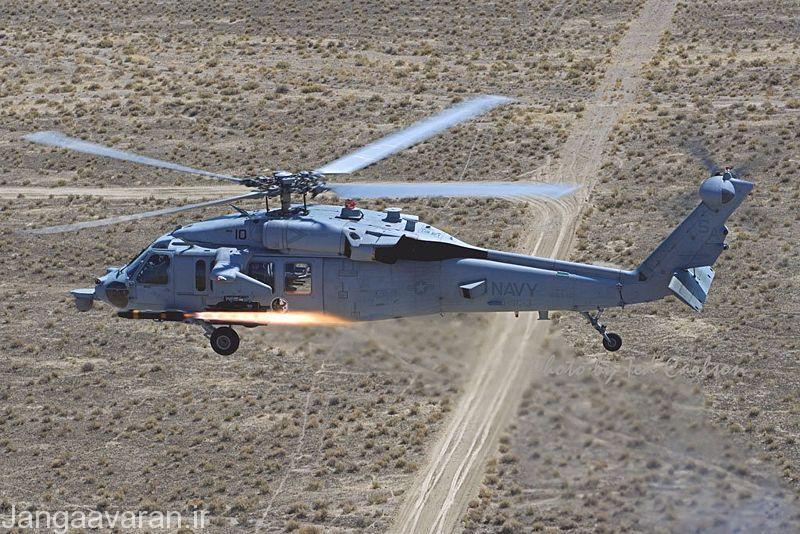 MH-60S در حال شلیک یک موشک ضد تانک هلفایر.می توانید بر روی دم به خوبی پرتاب کننده شراره و پوشاله را ببینید.