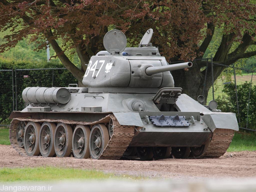 تی34-85 به صورت دارای برجک بزرگتر و دو دریچه خروج بزرگ و مناسب است.این نمونه در کل بزرگتر از تی34-76 بود