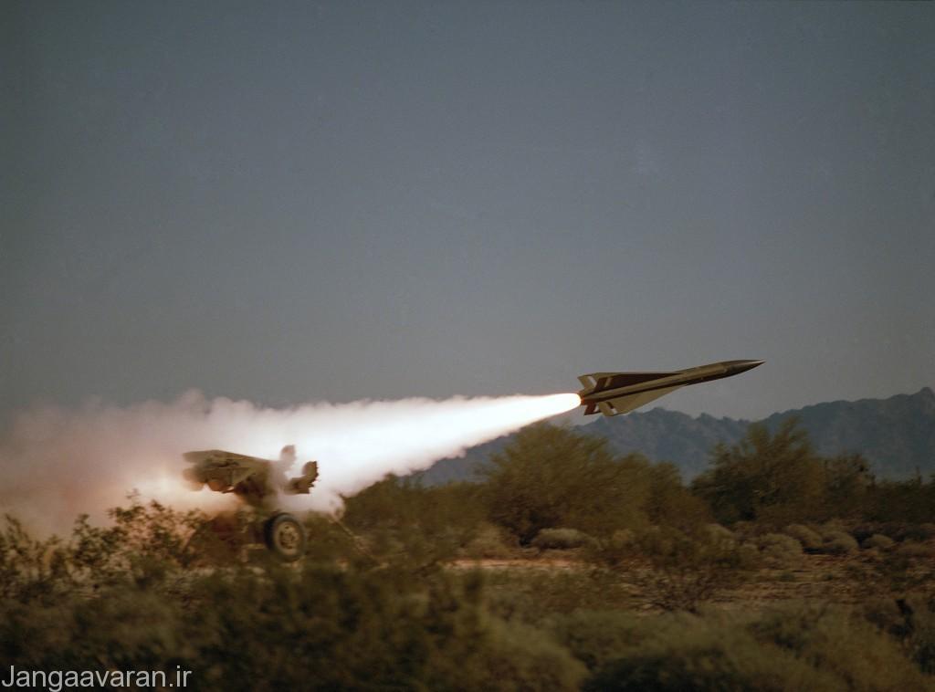 یک سایت پدافندی هاوک در حال شلیک موشک به سمت هدف مشاهده می شود