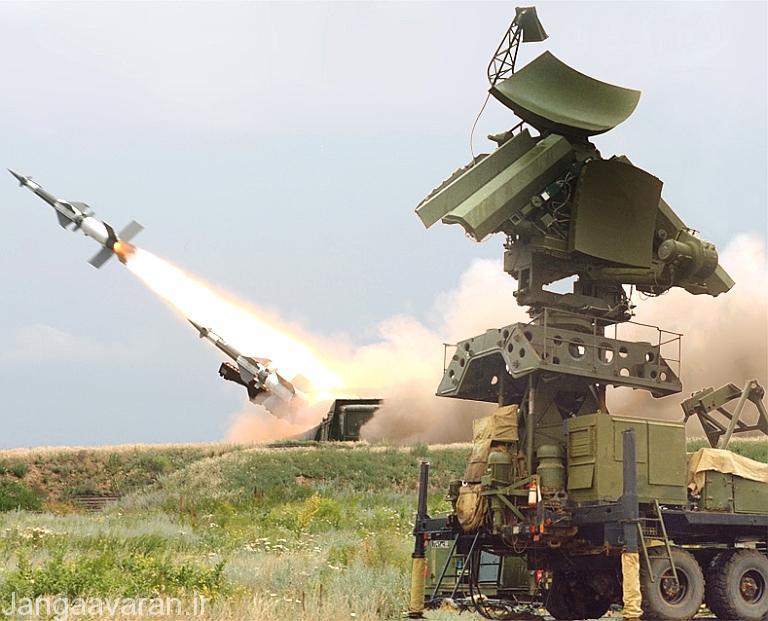 یک سایت پدافندی پیچورا در حال شلیک موشک به سمت هدف مشاهده می شود