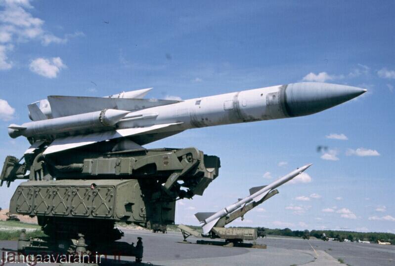 یک سامانه اس-200 در جلوی تصویر و یک سامانه سام-2 در پشت تصویر مشاهده می شود