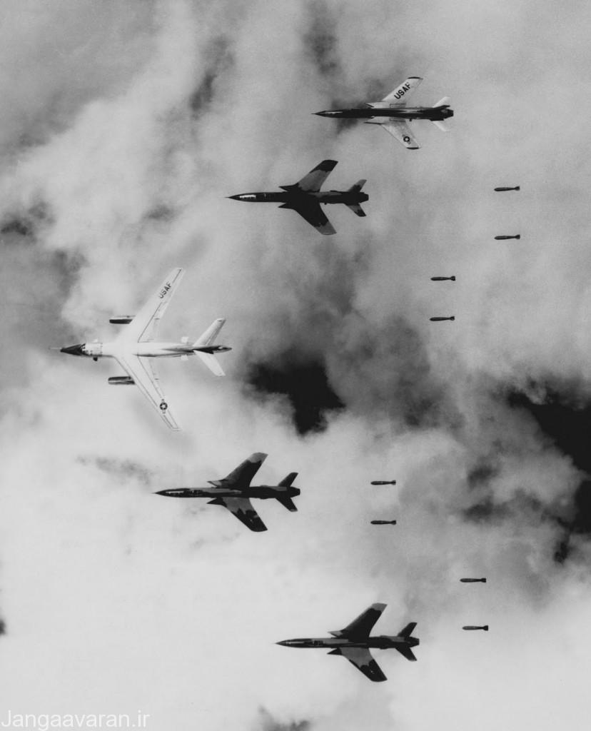 2-چهار فروند اف105 در حال فروریختن بمب بر فراز ویتنام . اف105 نیز در ویتنام انچنان تلفات بالای داد که دیگر هواپیما در جنوب شرق اسیا به اندازه کافی برای تشکیل اسکادرانها جدید نبود از این رو با اف4 فانتوم جایگزین شد(هواپیمای وسط ای3 اسکای واریر)