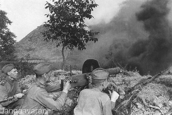 سربازان روس در جبهه شمال كورس در استحكامات خود انتظار نيروهاي الماني را ميكشند