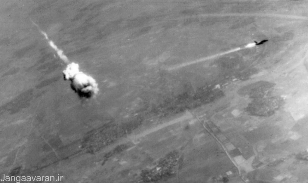 3-یک موشک سام2 در نزدیکی یک اف105 منفجر شده و انرا به اتش کشیده. ویتنام اولین میدان رویاروی هواپیماها جنگی با موشکهای دفاع هوایی بود .ارتش امریکا تا سامانه های برای مقابله با سام های شوروی در این جنگ وارد کرد تلفات سنگینی داد