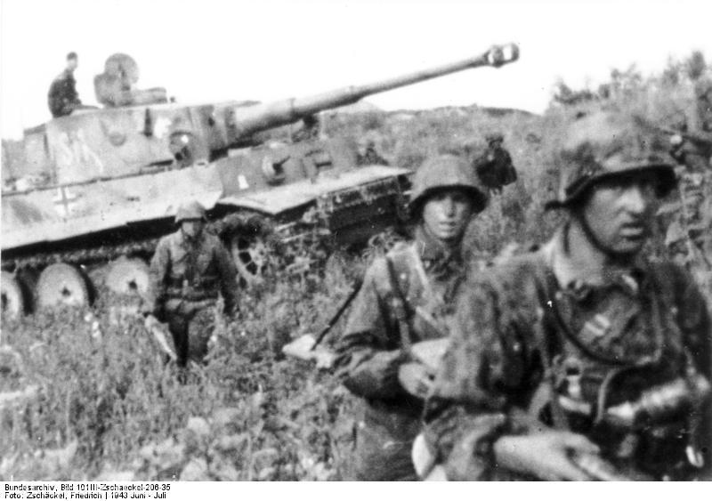 سربازان پياده الماني  درحال حركت در كنار يك تايگر.در جبهه شمالي تا زماني كه پياده نظام المان به جنگ پياده نظام روسها نرفت از دست تانكها كار زيادي بر نيامد.