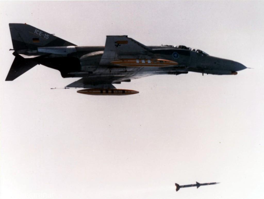 -اف4 اف المانی در حال شلیک موشک امرام بعد از نصب رادار ای پی جی 65