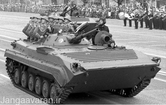 تصویر از یک بی ام پی1 در یک رژه . سربازان از دریچه های دی شکل بالا سر خود بیرون امده اند