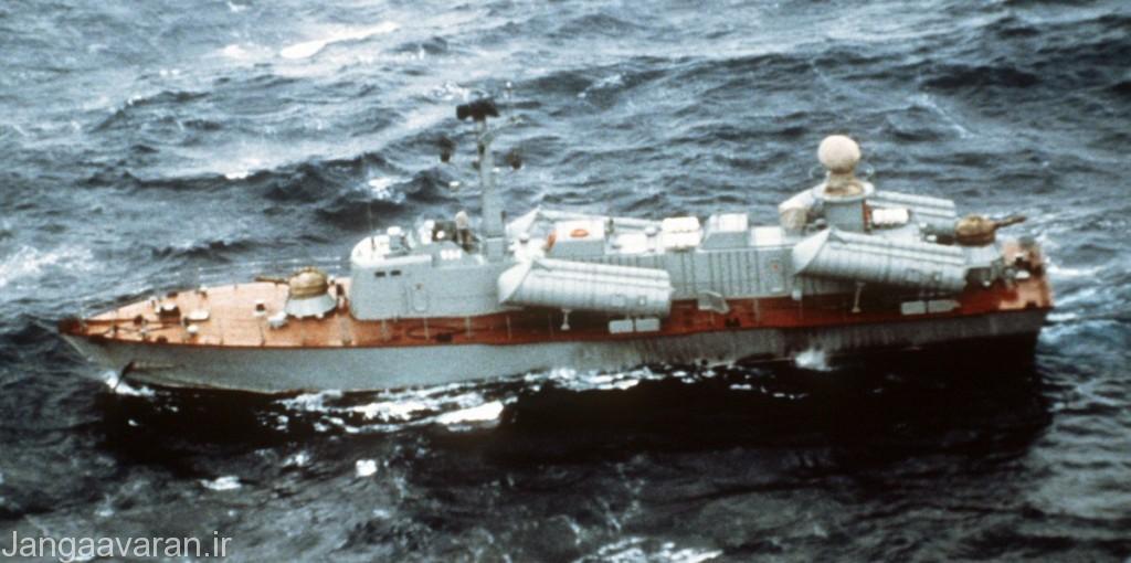 اوسا2. به خوبی هر دو توپ30 م م و همچنین رادار هدایت توپ در عقب بین دو لانچر موشک مشخص است.