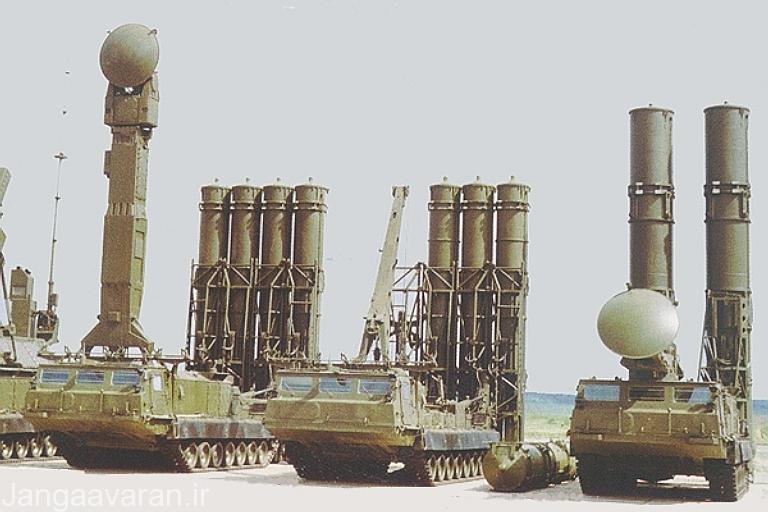اس 300 وی . در تصویر لانچر دو تایی موشک 9 ام 82 و لانچر چهار تایی 9 ام 83
