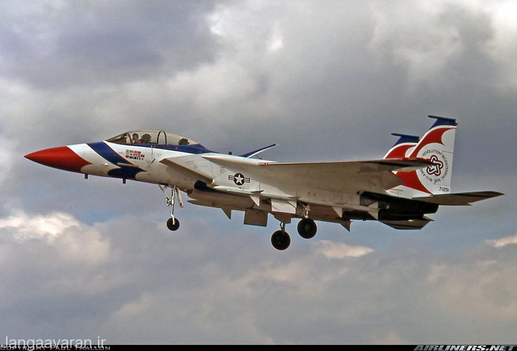 اف15 بی در یک نمایش هوایی در انگلستان در سال 1976. این نمایش هوایی جهت جلب مشتری اجرا شد