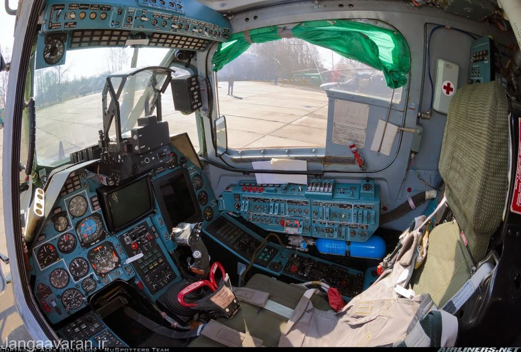 کابین کاموف50 در این تصویر نمایشگر تک رنگ در مرگز پنل برای هدفگیری سامانه جنگ افزاری و یک نمایشگر برای نشان دادن نقشه و محل قرار گرفتن بالگرد و در بالای سر انها اچ یو دی
