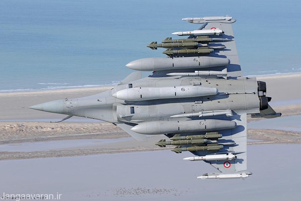 ترکیب تسلیحاتی جالبی رافال متشکل از چهار موشک میکا (نسخه رادار و فروسرخ) دو موشک میتئور در کنار ورودی هوا و شش بمب هدایت شونده ای ای اس ام