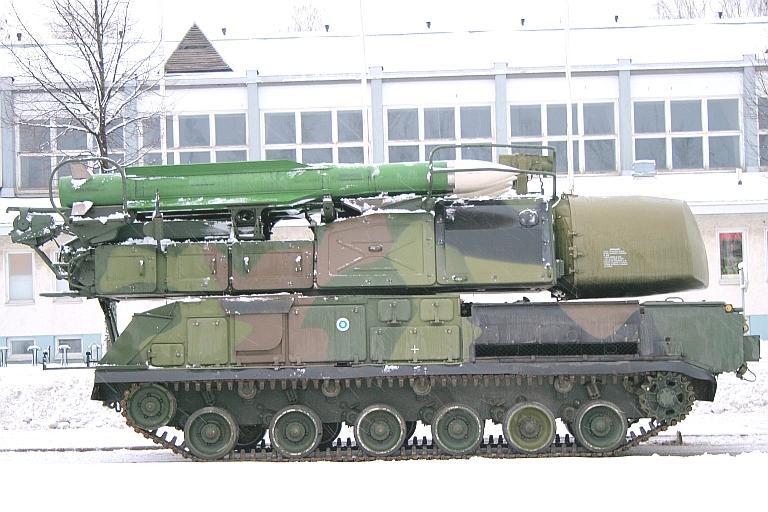 خودروی حامل 9 ای 310 ام1 و موشک 9 ام 38 ام1 و رادار 9 ام 35ام1 در جلوی خودرو