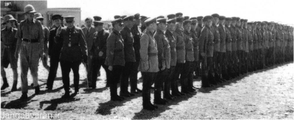 ژنرال نیکونوف (Maj. Gen. Vasily Novikov ) از ارتش قفقاز اتحاد جماهیر شوروی به همراه ژنرال تیارکس ( Brig. Gen. W. R. Tiarks) از تیپ نهم زرهی بریتانیا از نیروهای متفقین در تهران پیش از رژه مشترک در سپتامبر 1941 (شهریور 1320) بازدید می کنند .شوروی در سپتامبر 1941 (شهریور 1320)