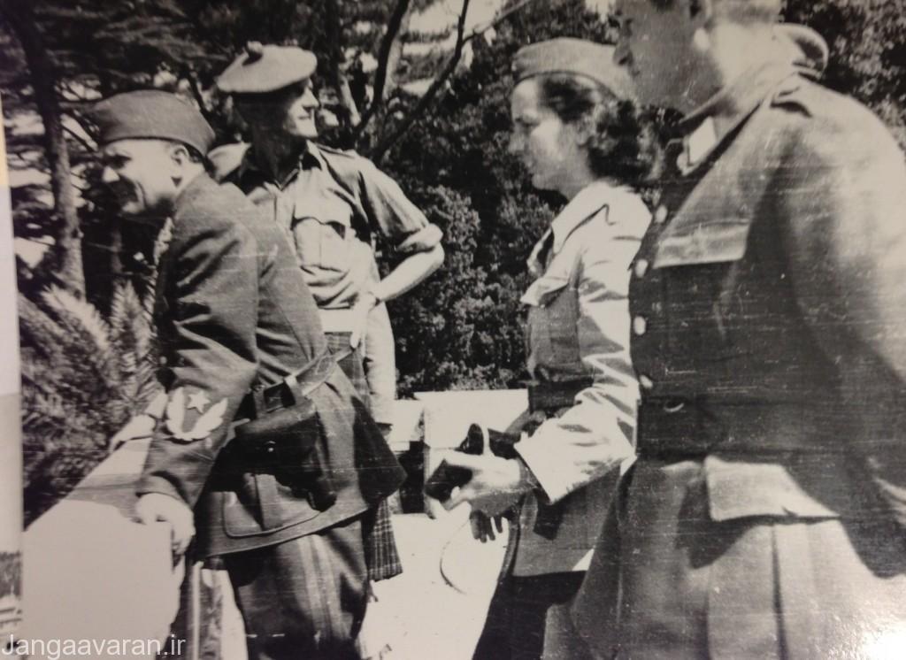 فیتز روی مکلین (مرکز تصویر) در یوگوسلاوی در کنار مارشال تیتو ( چپ تصویر )