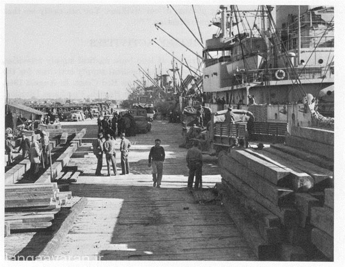 صف کشتیها و نیروهای آمریکایی در حال تخلیه ملزومات کمک رسانی به ارتش سرخ شوروی در بندر خرمشهر ایران