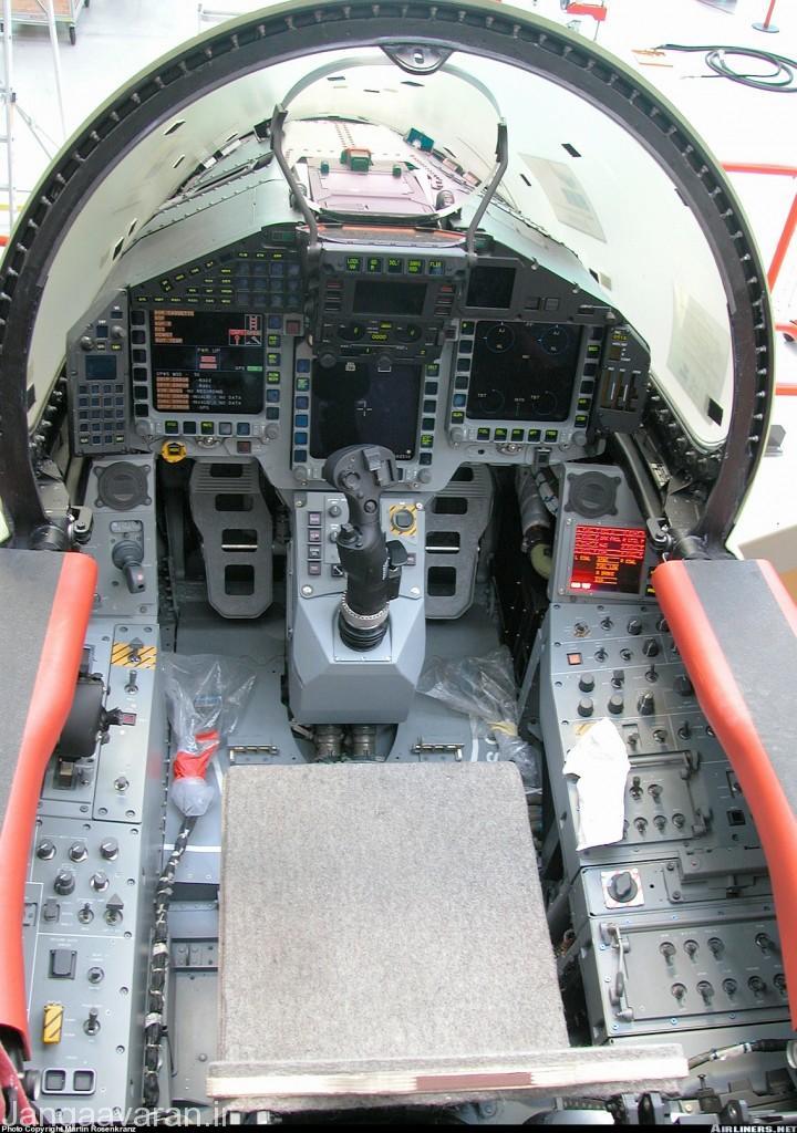 کابین یورفایتر که دارای سامانه پیشرفته دستور به کمک فرمان صوتی خلبان است