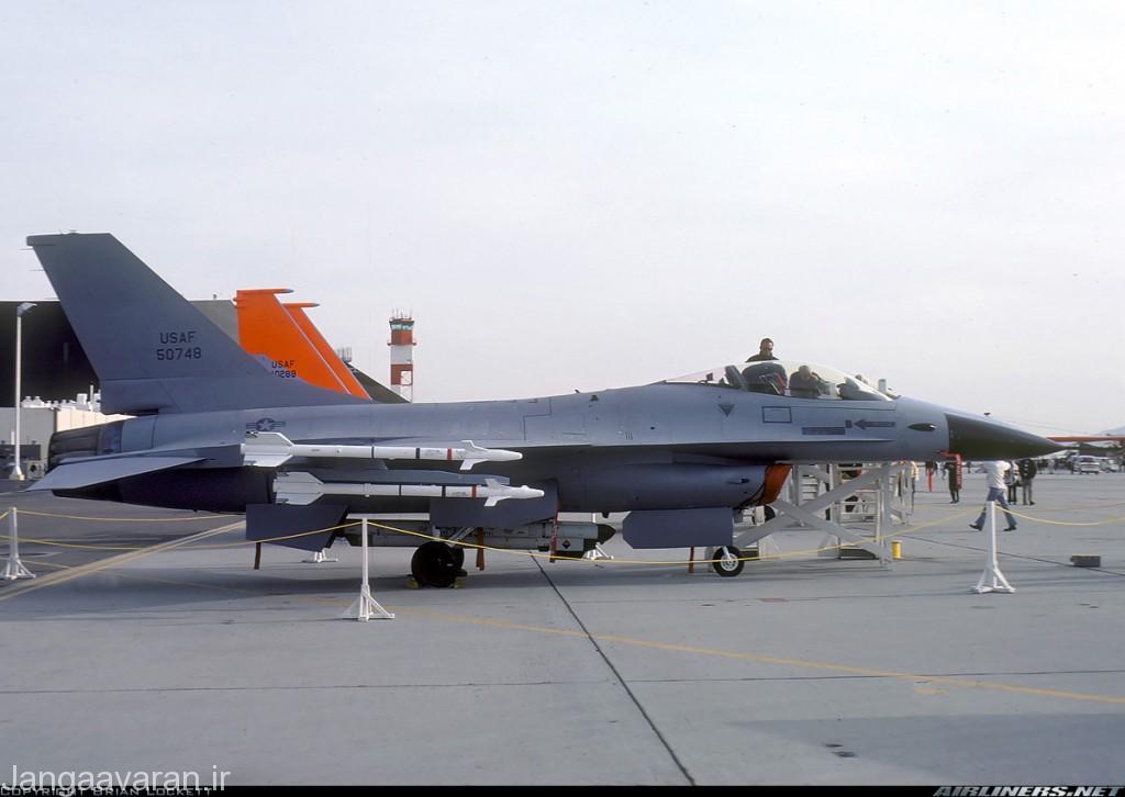 اف16 ای مسلح به چهار موشک سایندوندر. اف16 به صورت عملی اسپارو حمل نمی کرد و تا سال 1992 و ورود به خدمت امرام از داشتن یک موشک رادار میان برد محروم بود