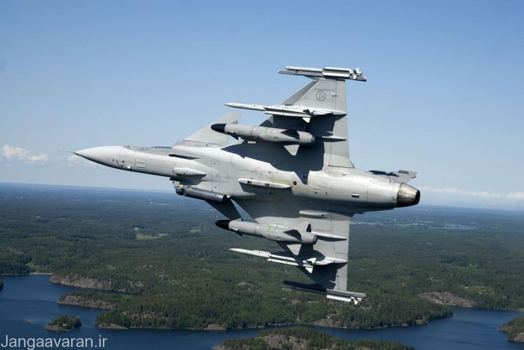 گرپین ... در زیر بال این جنگنده در کنار موشک ماوریک موشک ار بی اس 15 دیده می شود