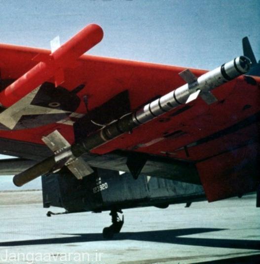 نمونه ی اولیه ی موشک AIM.9 بر روی بال AD-4 Skyraider