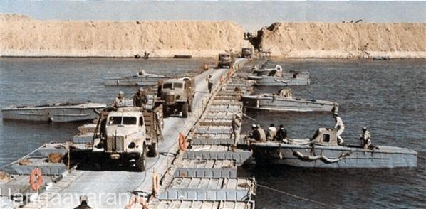 7 اکتبر،نیروهای مصری در حال رد شدن از کانال سوئز به کمک پل موقت