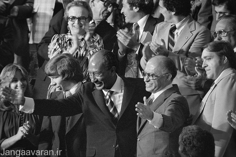 سادات و بگین در سال 1987 بعد از امضاء پیمان کمپ دیوید.بدین سان سینا برای همیشه به مصر برگشت انهم بعد از سه جنگ خونین بر سر ان