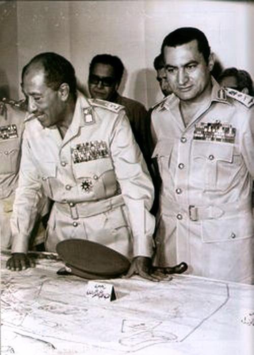 انور سادات در کنار حسنی مبارک(که بعد از وی رئیس جمهور مصر شد).حسنی مبارک در ان زمان سرتیپ نیروی هوایی مصر بود