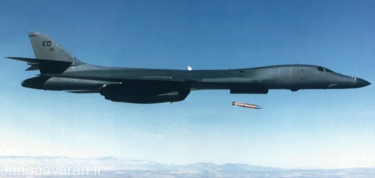 بمب هدایت ماهواره ای جی بی یو 31 در حال پرتاب از ب1ب