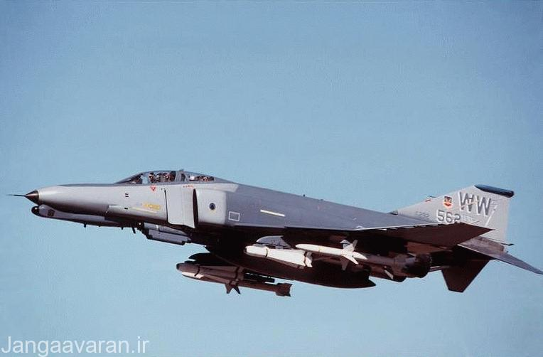 یک فروند جنگنده اف-4 (جی) این نسخه از فانتوم وظیفه سرکوب پدافند هوایی را با تجهیزاتی الکترونیکی نظیر APR-47 و موشک هارم دارد