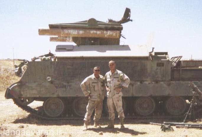 عکس یادگاری دو سرباز آمریکایی با سامانه برد کوتاه رولند عراقی؛ این سامانه پدافندی که کارکردی مشابه با سام-8 شوروی داشت توانست برای نیروهای ائتلاف دردسرهای زیادی را ایجاد کند