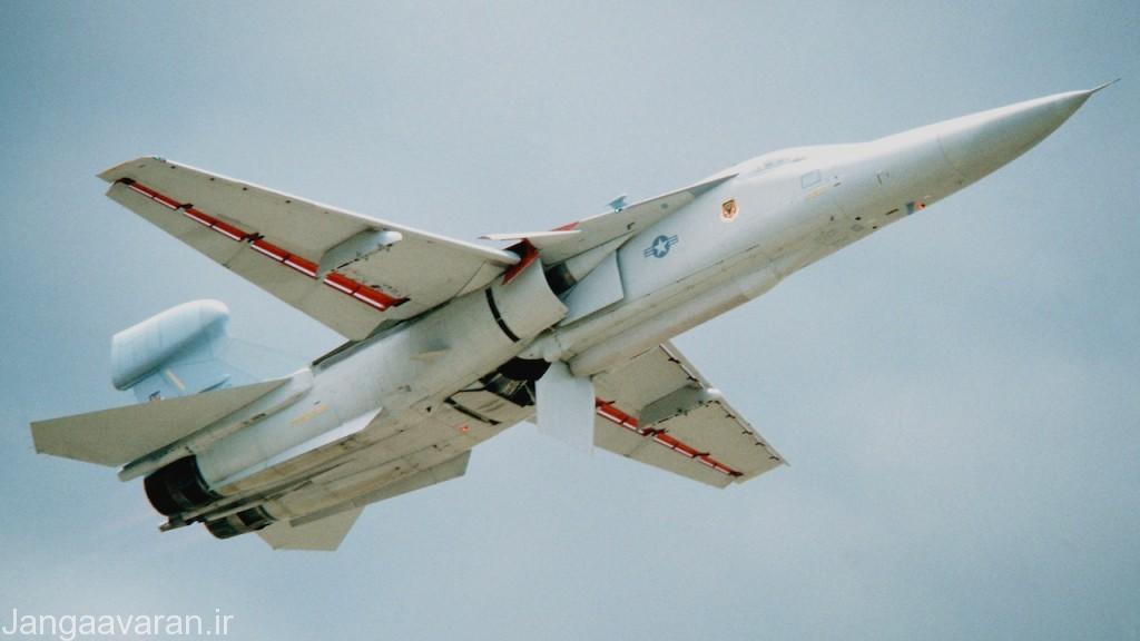 ئی اف-111 نسخه نیروی دریایی, به جایگاه حمل پادهای اخلال الکترونیک داخلی در زیر بدنه دقت کنید