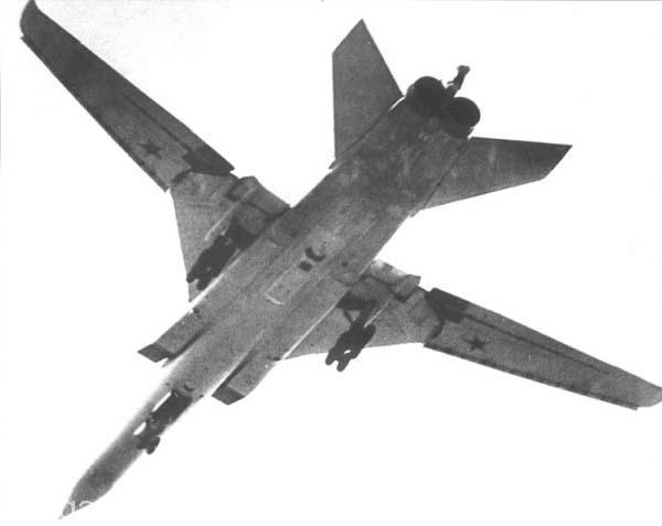 توپلوف22 ام ار .. در زیر بدنه به خوبی جایگاه رادار روزنه ساختگی نقشه بردار مشخص است