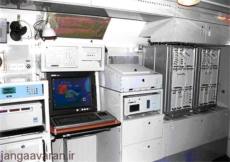 تصویری از تجهیزات درون یک اخلالگر R-330T که می توان در آن تعویض نمایشگرهای آنالوگ قدیمی با نمایشگرهای دیجیتالی جدید را مشاهده کرد