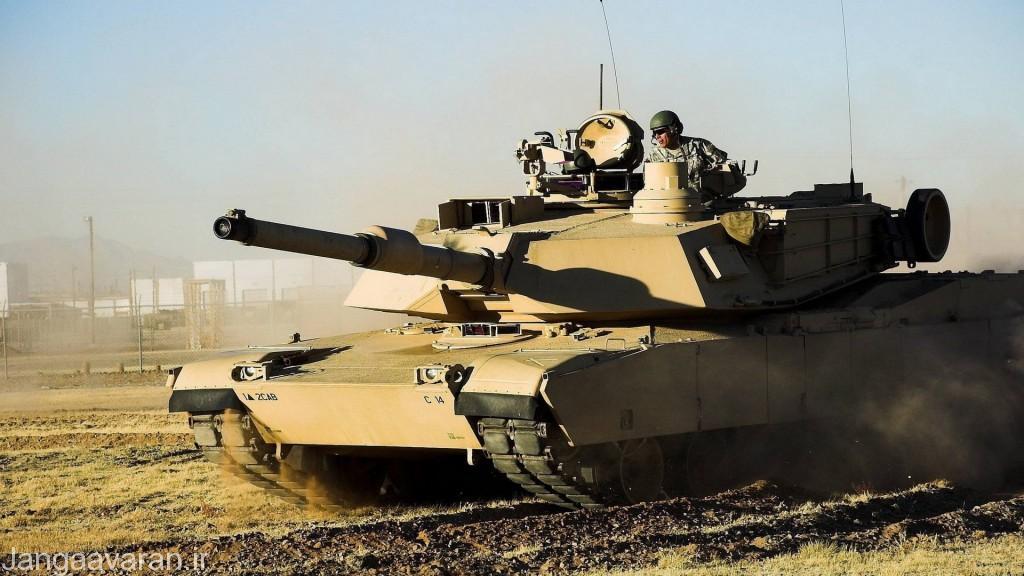 M1A2. این نسخه را می توان به دلیل دید پانورماتیک کشیده روی برجک از دیگر مدل ها تشخیص داد