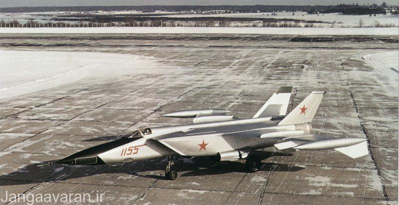وای یو 155 ار1-پیش نمونه میگ25 که  دارای دو مخزن سوخت بر نوک بال بود که در نسخه تولید حذف شد