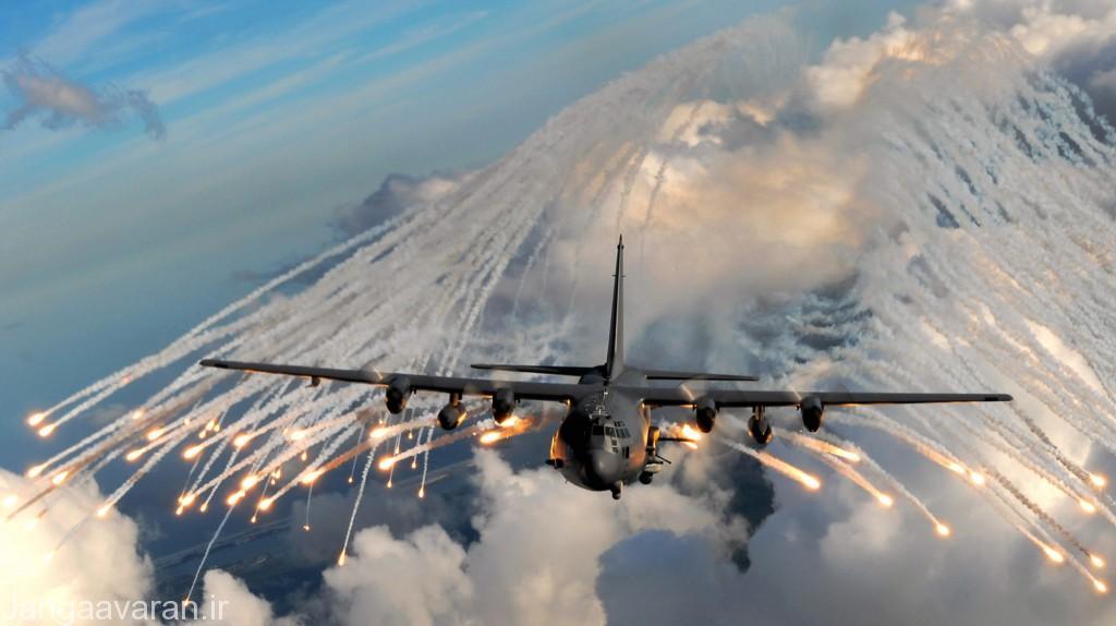 یک فروند هواپیمای ترابری C-130 در حال استفاده از شراره ها جهت فرار از دست موشک های حرارت یاب