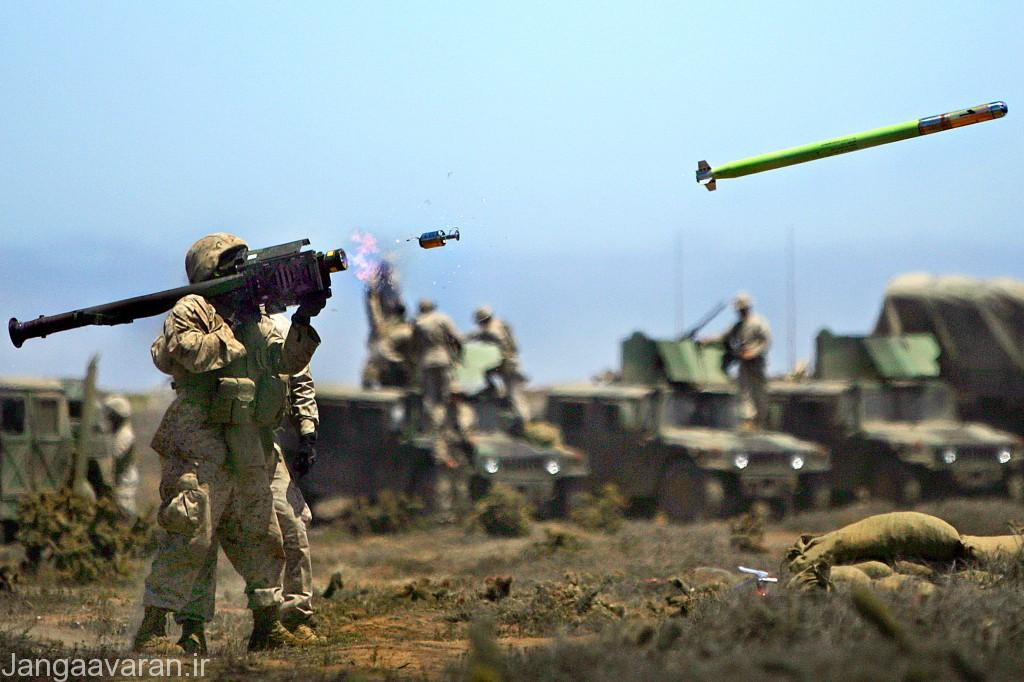 یک سرباز آمریکایی در حال شلیک یک موشک دوش پرتاب استینگر (RedEye II)