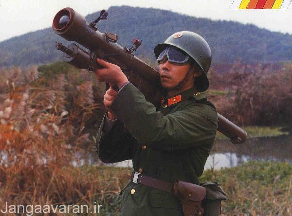 یک سرباز چینی در حال استفاده از سامانه دوش پرتاب HN-5 که از سامانه سام-7 کپی برداری شده است