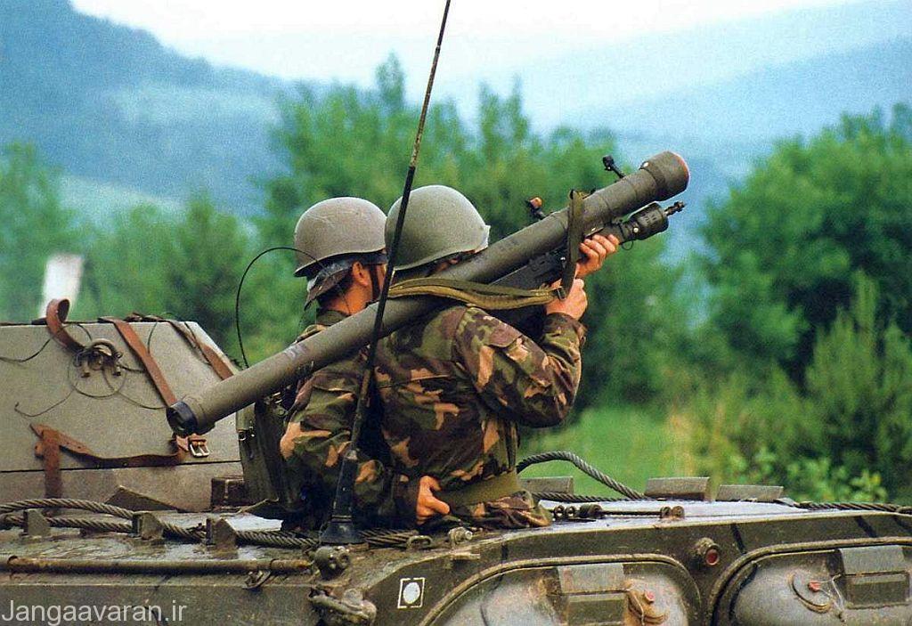 دو سرباز در حال استفاده از سامانه دوش پرتاب سام-7 (استرلا-2) در داخل یک نفربر زرهی