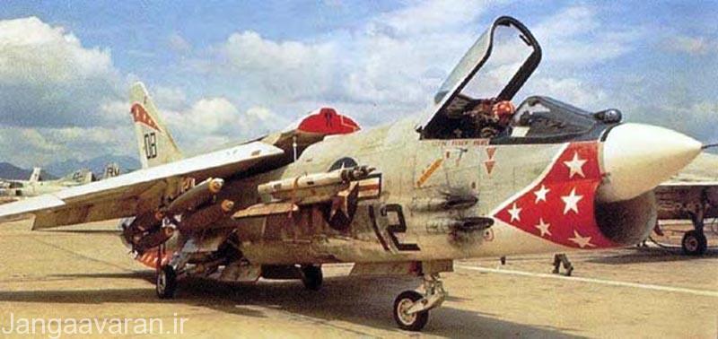 اف8 ایی . در تصویر به خوبی کاونده فروسرخ در جلوی شیشه کابین خلبان و جایگاه حمل بمب در زیر بال مشخص است