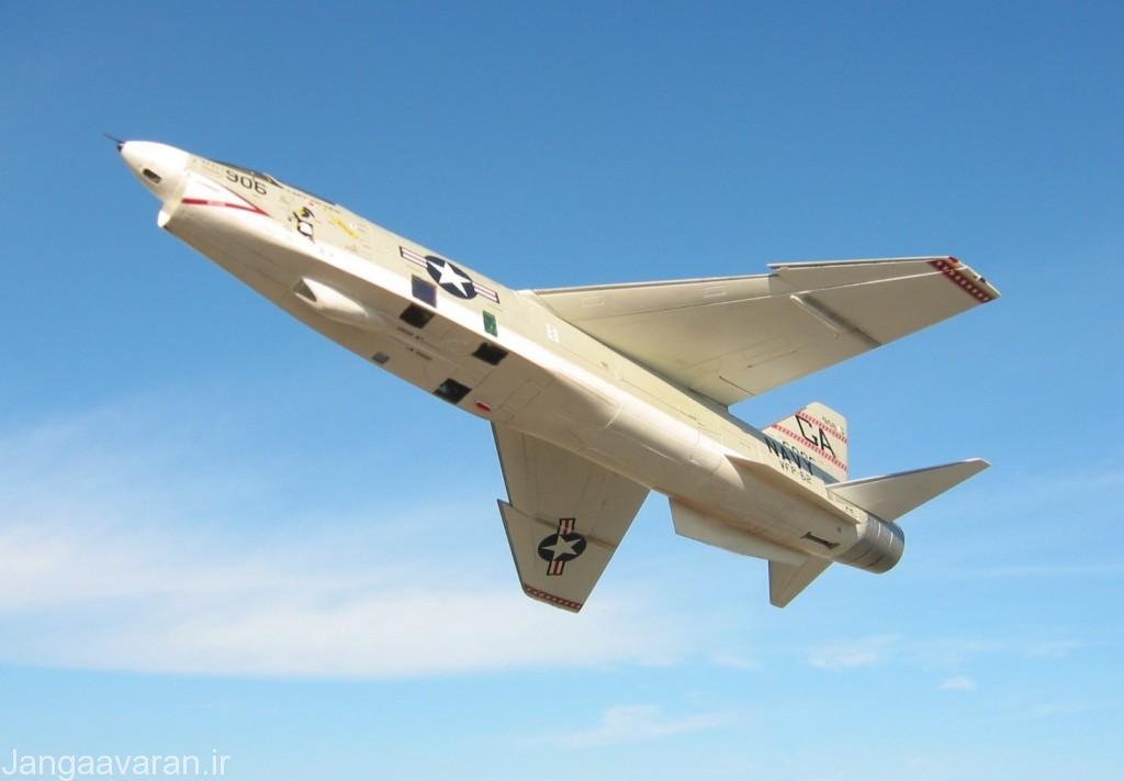 تصویر از زیر بدنه ار اف 8 ای .در این تصویر دریچه های مختلف دوربین دیده می شود