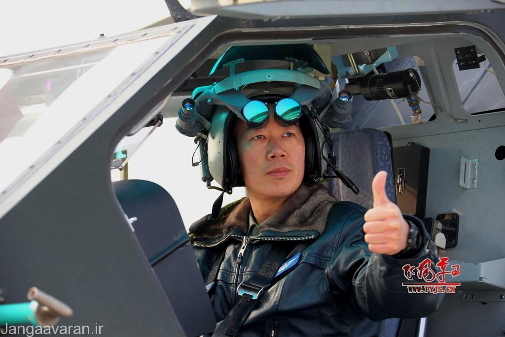 چشمی کلاه خلبان که تصاویر سامانه های حرارتی بر روی ان نشان داده میشود