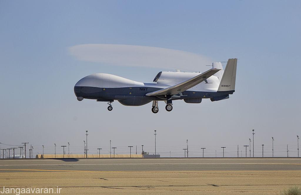 ام کیو 4 سی نیروی دریایی . شکل گوی شکل سامانه دوربین اپتیکی در زیر دماغه یکی از تفاوت های این مدل با مدل نیروی هوایی است